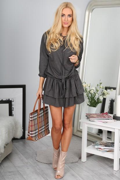 Štýlové šedé šaty s vrstvenou sukňou.