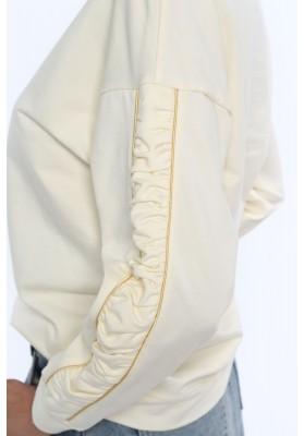 Mikina  v klasikom štýle, s polkruhovým výstrihom, krémová