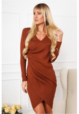 Moderné šaty asymetrického strihu a moderným zvlnením, hnedé