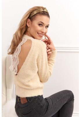 Jedinečný sveter s čipkovaným výstrihom na zadnej strane