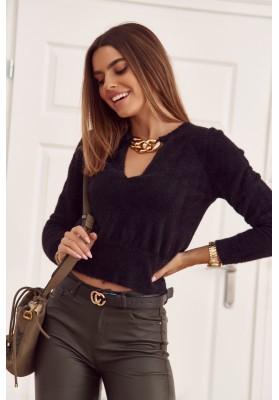 Moderný, krátky, čierny sveter s hlbokým výstrihom v tvare V
