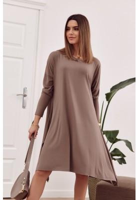 Moderné šaty s rozparkom tvoriacim slzu na chrbte, hnedé