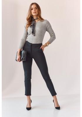 Úzke nohavice s naznačenými záhybmi, čierne