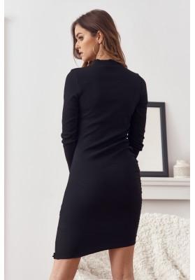 Vypasované šaty so stojačikom a ozdobnou retiazkou na výstrihu, čierne