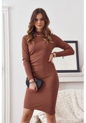 Vypasované šaty so stojačikom a ozdobnou retiazkou na výstrihu, hnedé