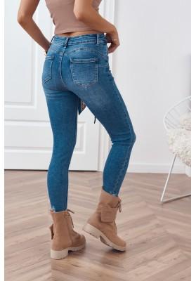 Vypasované rifľové nohavice s gombíkmi a s vreckami vpredu a vzadu
