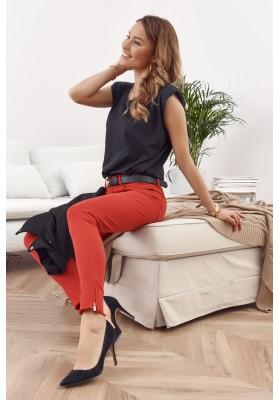 Krásne rifľové nohavice s ozdobnými výrezmi a zipsami, červené