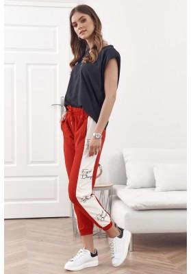 Moderné, pohodlné tepláky s pruhmi a nápismi, červené