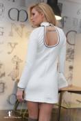 Biele šaty so zaujímavým výstrihom na zadnej strane