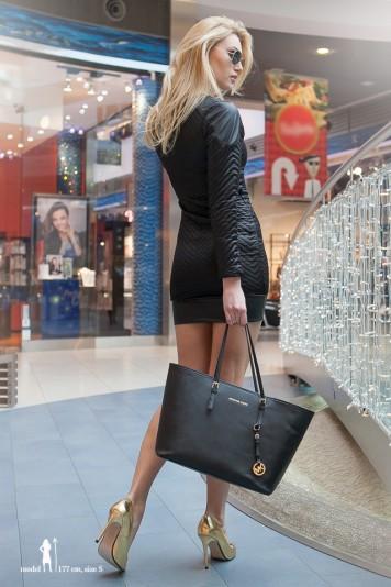 Krátke čierne šaty s dlhým rukávom