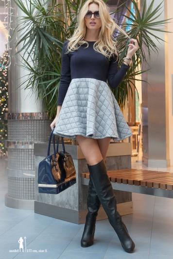 Nádherné, trendy navy-sivé šaty áčkového strihu.