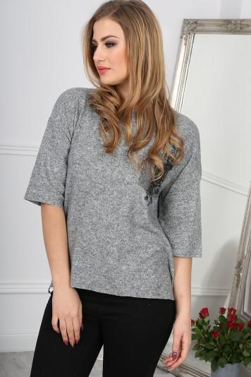 Trendy sivý sveter s vreckom a ¾ rukávmi.