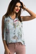Kvetovaná, svetlomodrá košeľa bez rukávov.