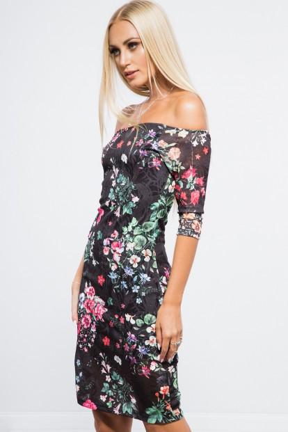 Kvetované, čierne šaty s odhalenými ramenami.