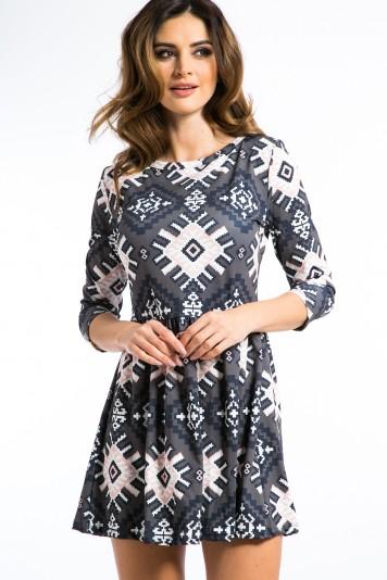 Vzorované, svetloružové mini šaty.
