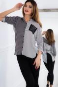 Čierno-biela pásikovaná košeľa s čipkovaným vreckom.