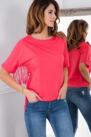 Korálové tričko so strapcami.