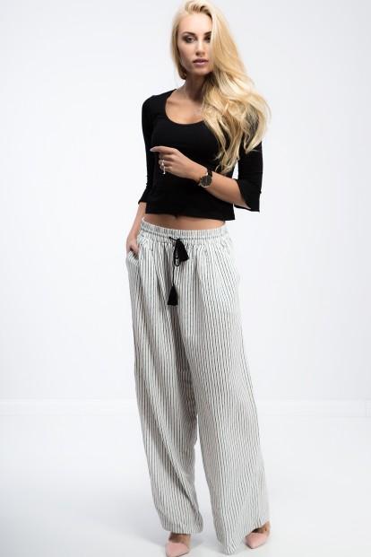 Smotanové, široké nohavice so šnúrkami.