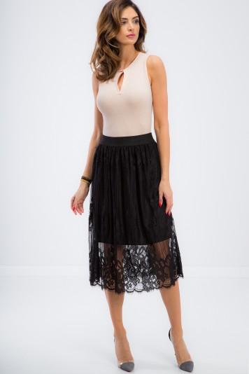 Elegantná, čierna, čipkovaná sukňa.