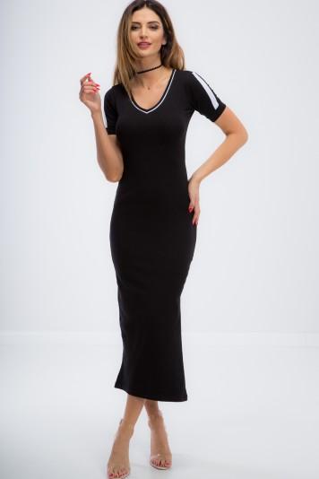 Čierne dlhšie šaty s rozparkom.