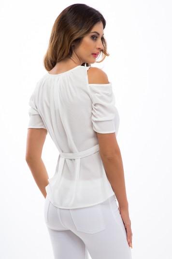 Trendy, smotanový top s odhalenými ramenami a viazaním.