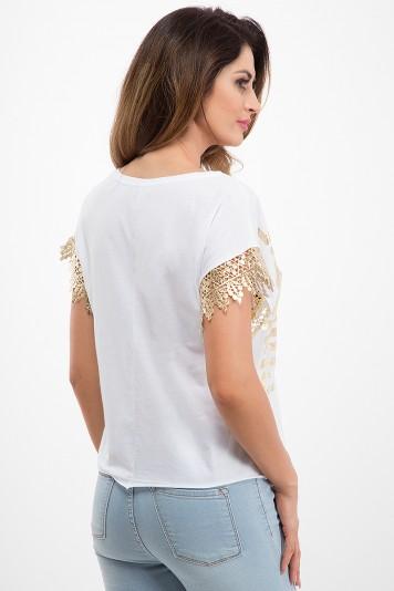Biele tričko so zlatou čipkou na rukávoch