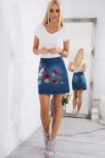 Modrá, jeansová sukňa s nášivkami.