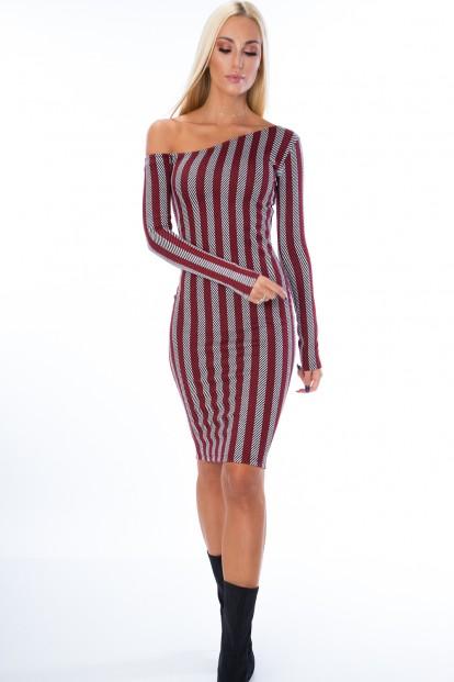 Nápadité šaty s dlhým rukávom a odhaleným ramenom, červené
