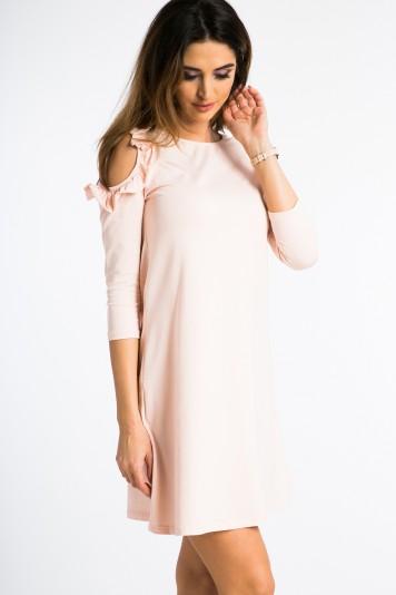 Lososové šaty s výrezmi na pleciach a volánmi.