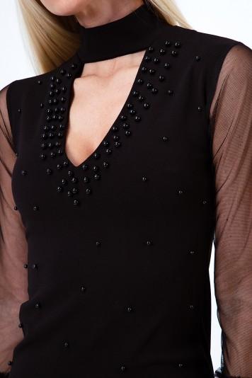 Štýlové šaty s chokerom, šifónovými rukávmi a dekoratívnymi perlami, čierne