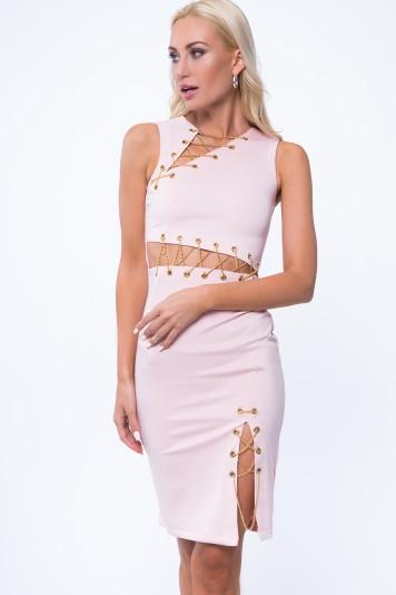 Svetloružové šaty so zlatými reťazami