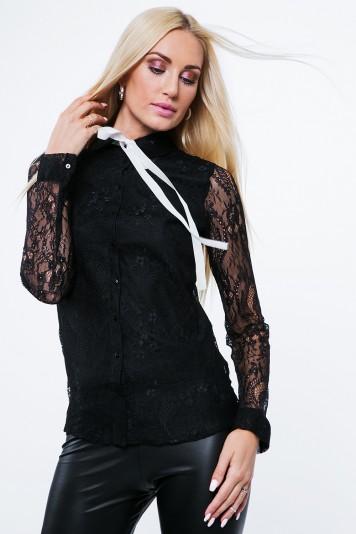 Moderná košeľa, ozdobená jemnou čipkou, so stuhou na goliery, čierna