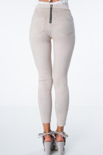 Obtiahnuté nohavice s moderným zipsom na zadnej strane