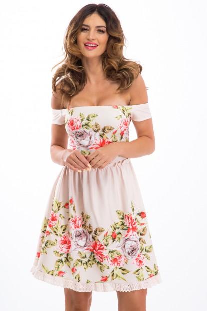 Krátke, pudrové, kvetované šaty s odhaleným dekoltom.