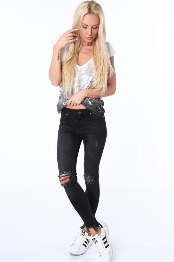 Čierne dámske džínsy s otvormi na kolenách