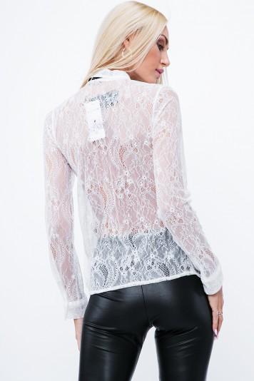 Moderná košeľa, ozdobená jemnou čipkou, so stuhou na goliery, krémová