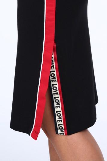 Čierna dámska sukňa s dekoratívnym pruhom na boku