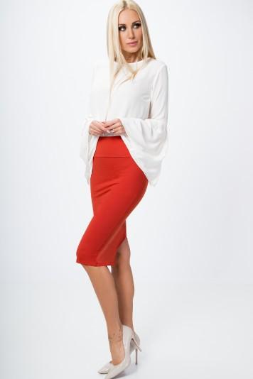 Červená dámska sukňa v minimalistickom štýle