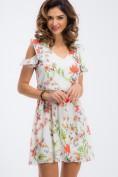 Voľné, letné, smotanové šaty s kvetovanou potlačou.