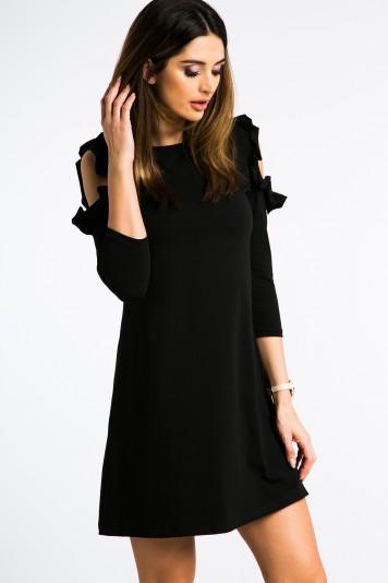 Čierne šaty s výrezmi na pleciach a volánmi.