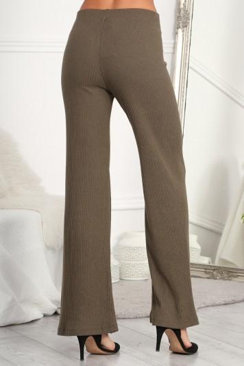 Štýlové, kaki, zvonové nohavice z pruhovaného materiálu.