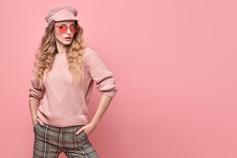 Ružový sveter a nohavice