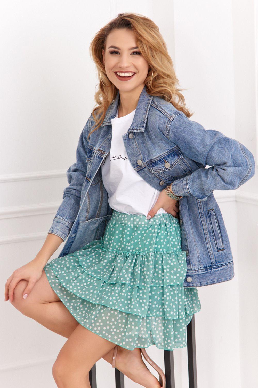 Romantickú sukňu s volánmi môžete skombinovať s rifľovou bundou.