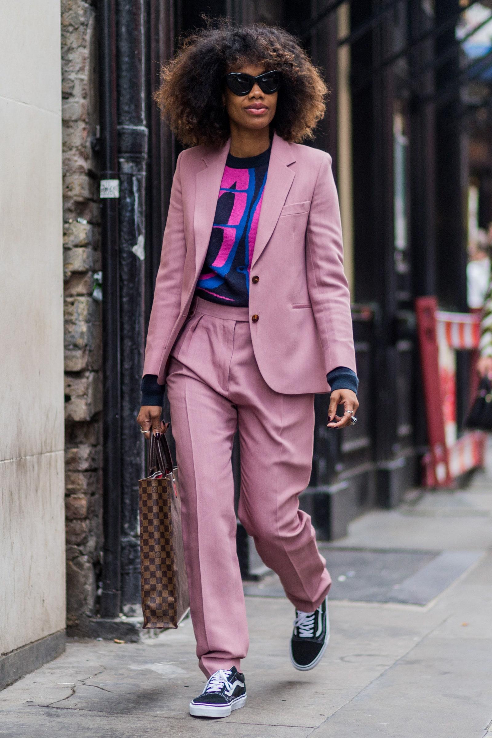 Dámsky oblek v ružovej farbe vhodný na leto.