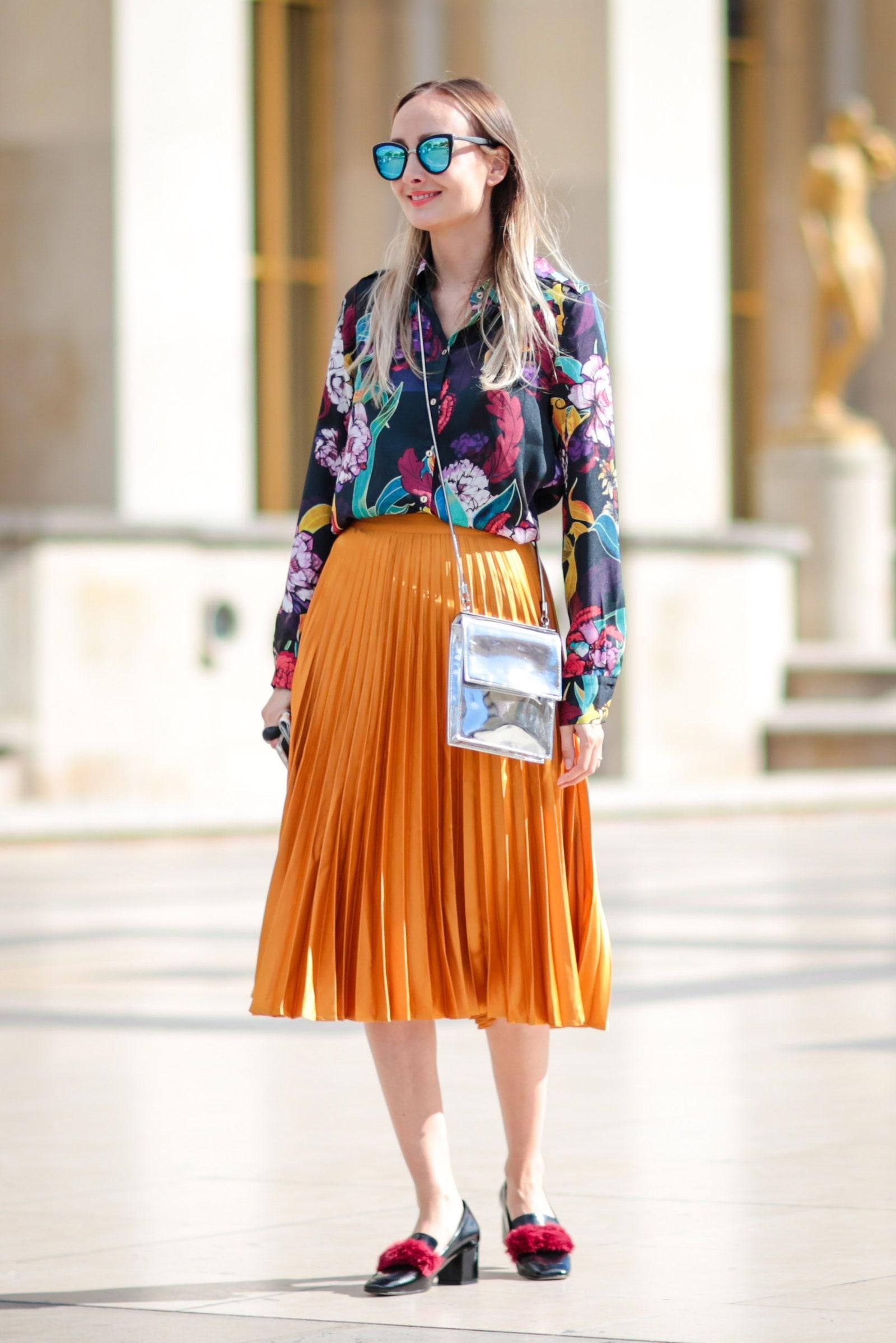 Farebný outfit s výrazným vzorom môžete nosiť v lete do práce.