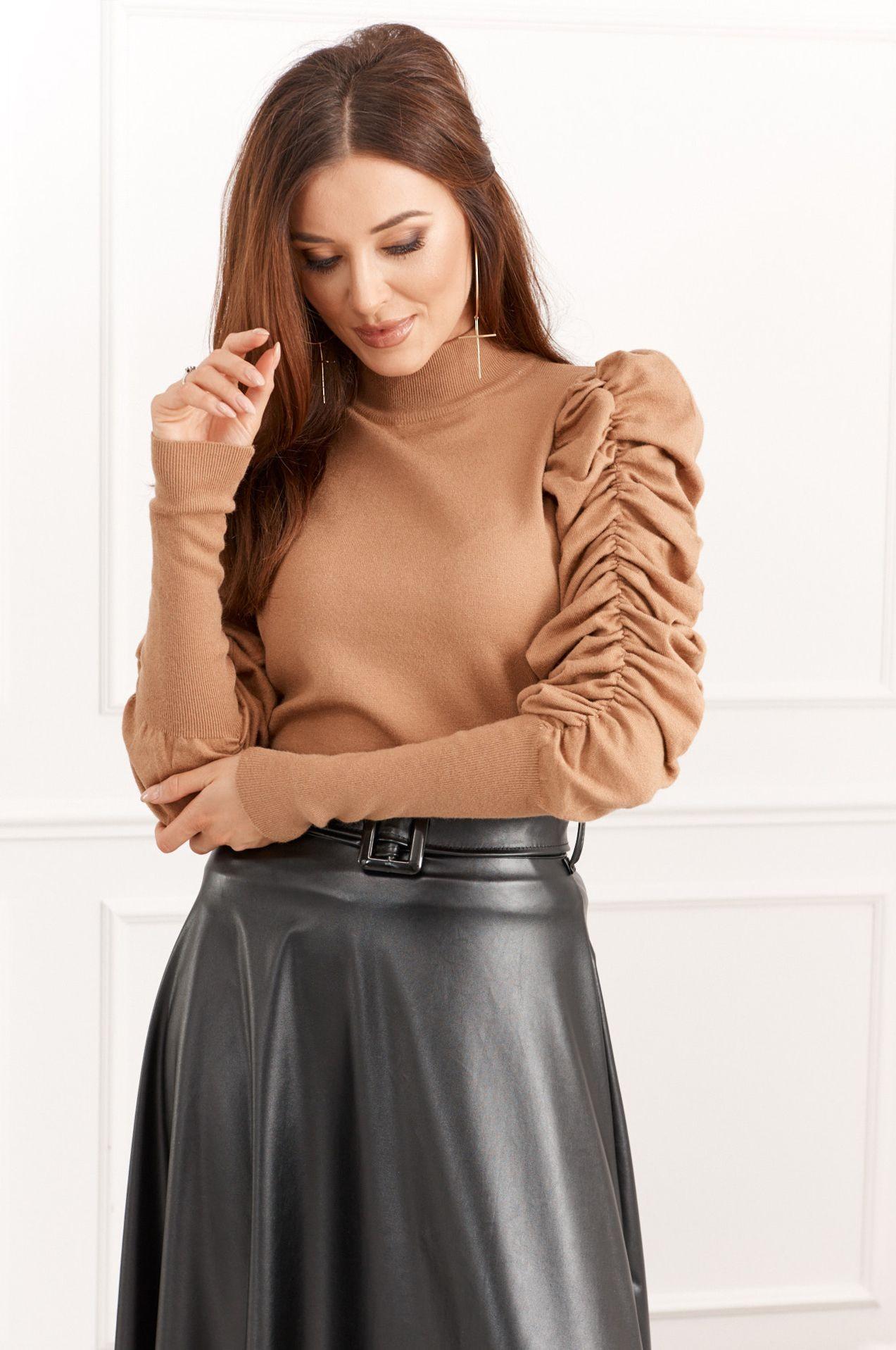 Jemný dámsky sveter vyzerá s rozšírenými rukávmi zaujímavejšie.