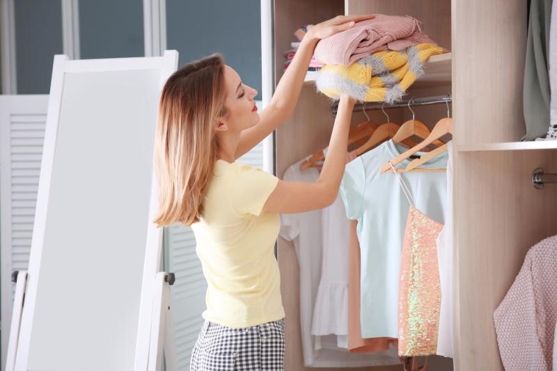 Oblečenie, ktoré chcete zo šatníka vyradiť, môžete predať alebo darovať.