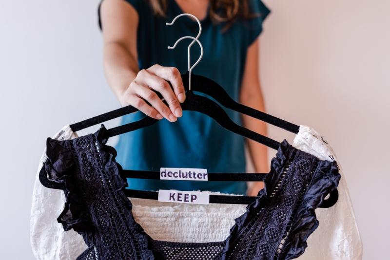 Ak poškodené oblečenie nemôžete alebo nechcete opraviť, vyraďte ho zo šatníka čo najskôr.