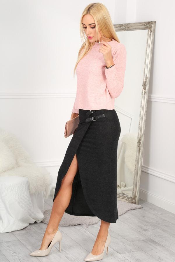 Voľnú sukňu môžete vyvážiť priliehavým topom, no platí to aj naopak.