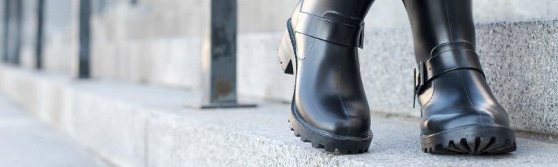 Čierne topánky sú výbornými spoločníkmi do dažďa.